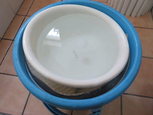 洗面器の水を重石代わりに