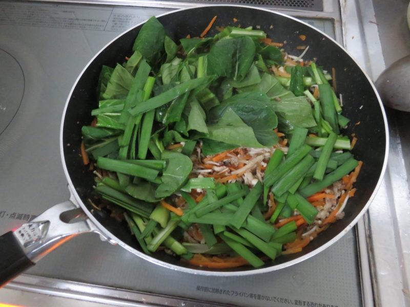 小松菜とニラを加える